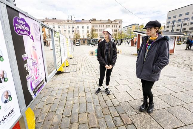 Förstagångsröstarna Rebecka Asplund och Lina-Mi Knif konstaterar att kandidatlistorna på torget inte är lika nyttiga för politiknoviser som till exempel paneldebatter, personlig valreklam och kampanjer på sociala medier.