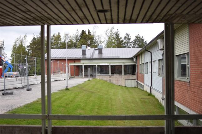 En ny rektor söks till Närpes högstadieskola och personen ska utses före semestrarna.