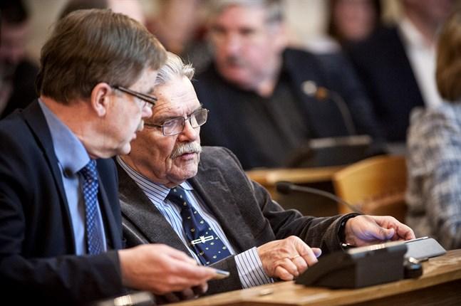 Kristdemokraterna Kurt Hellstrand och Markus Karlsson i fullmäktigesalen år 2015, två år innan Karlsson tackade för sig inom kommunpolitiken efter 48 år.