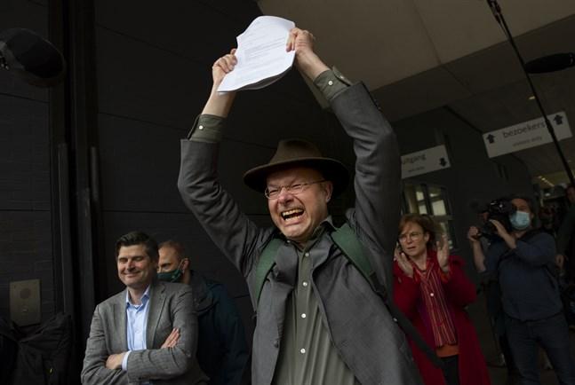 Donald Pols, chef för Milieudefensie i Nederländerna, jublar över domen.