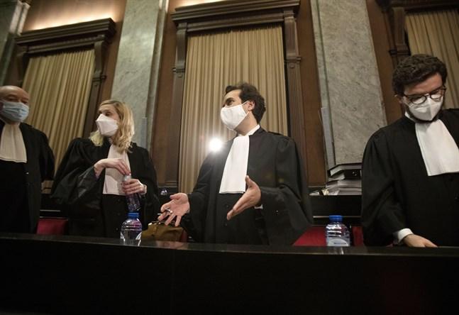 EU-kommissionens advokater Alain Foriers, Fanny Laune, Rafael Jafferali och Charles Edouard Lambert på väg in till onsdagens domstolsförhandlingar i Bryssel om Astra Zenecas leveranser av covid-19-vaccin.