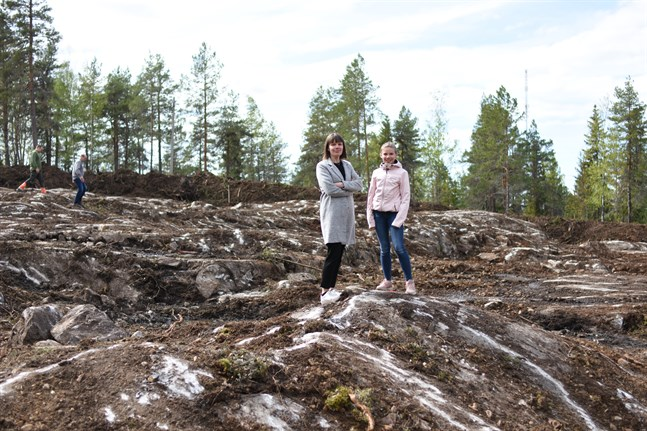 Ann-Mari och Lea Snickars funderar och visionerar. Bergknallarna ska fungera som naturliga gupp.