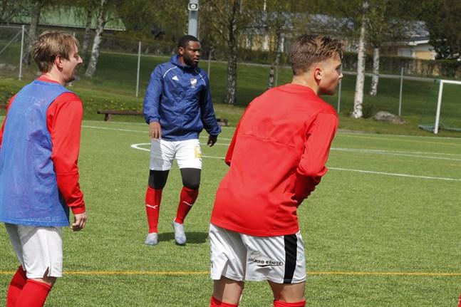 Sportings anfallare Junior Oyono, i mitten, åkte på nya skadeproblem i Nedervetil.