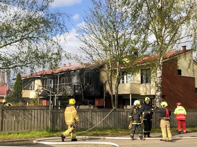 Branden har startat i den andra lägenheten från gatan sett. Lägenheten närmast gatan har klarat sig bäst, men också den har vattenskador.