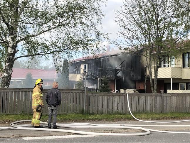 Lägenheterna på Stormfågelvägen i Orrnäs är nu obeboeliga. Enligt preliminära uppgifter bodde över tio personer i radhushelheten.