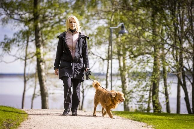 Varje kväll går Marina Kinnunen på promenad med nova scotia retrievern Urho. Han väntar alltid glatt på henne när hon kommer hem från arbetet och får henne att koppla av från arbetsbekymren.