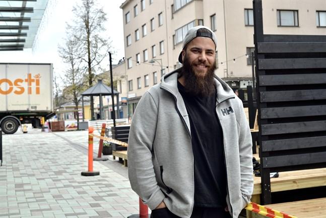 Kim Sundqvist är ägare vid Mr Bank Pizza and Drinks i Jakobstad, och berättar att de tillsammans med KorvGörans bygger en ny uteservering.