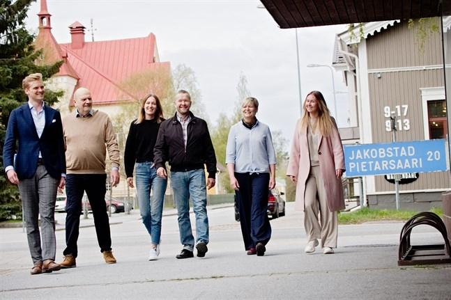 Joel Sjöblom, Sten och Catharina Bertula, Mats Karf, Tina Nylund och Caroline Bertula vill med det nystartade företaget Pple skapa ett hållbart arbetsliv som gagnar såväl arbetstagare som näringslivet i Österbotten.