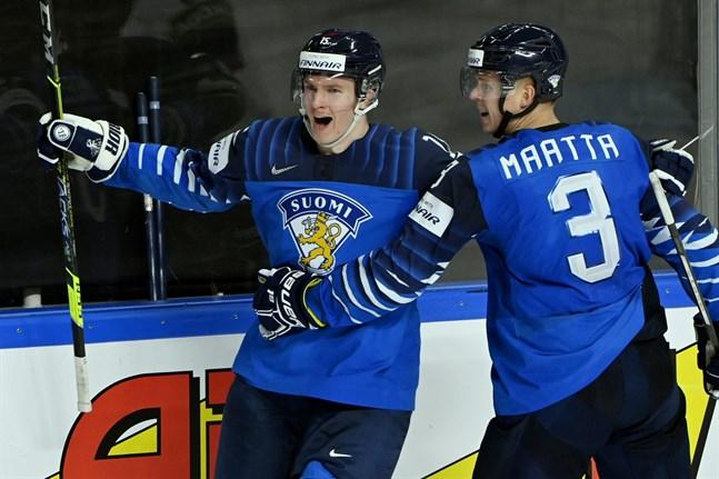 Anton Lundell (till vänster) fixade en 3–2-seger efter förlängning mot Lettland i söndags och NHL-backen Olli Määttä stod för passningen.
