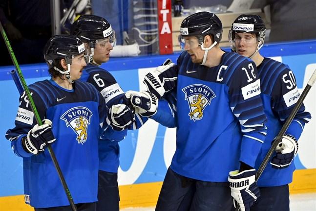 """Lagkaptenen Marko """"Mörkö"""" Anttila gratulerar Tony Sund (nummer 6) efter väl utfört arbete."""