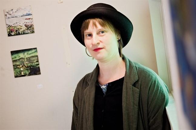 Bildkonstnären Nina Albrecht har studerat på SÖFF, Konstskolan i Nykarleby och SYH.