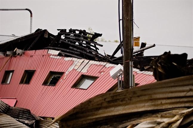 Brandkåren rev upp taket i den äldre delen av svingården för att hindra elden från att sprida sig. Det räddade grisarna.