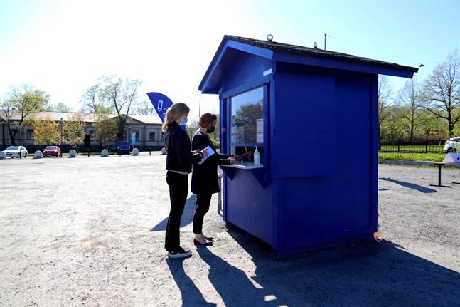 Det här valet var det möjligt att också drive in-rösta. Paula Kivi och Marika Kivi i Vasa valde ändå att gå fram till drive in-stället, där Anja Viiru satt.