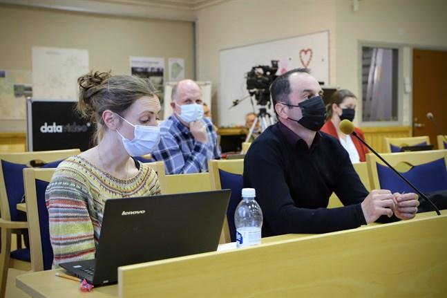 Mira Turtonen (SDP) och Elmedin Sipic (SDP) ville testa stödet för invånarinitiativet i en omröstning. I bakgrunden Markus West (SFP) och Minna Söderholm (SFP).