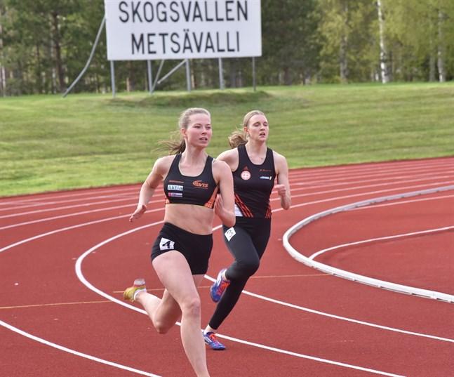 Säsongsstart på Skogsvallen. Erica Kolehmainen, VIS, (närmast kameran) sprintar mot seger på 200 meter före Tiia Gustafsson från IF Raseborg.