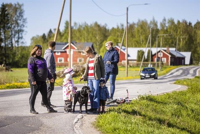 Nadja Källskog, Wilhelm Smulter, Lina Winberg och Rebecca Kjellman bor i Hankmo i närheten av Kvevlaxvägen. De hoppas att cykelvägen från Kvevlax centrum förlängs och önskar att hastigheten sänks nu.