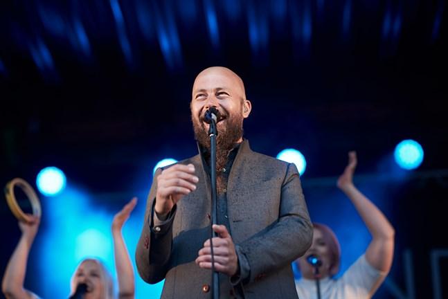 Tero Vesterinen är sångare och frontfigur i Vesterinen Yhtyeineen. Han får sällskap av en bandkollega på duospelningen på Inre hamnens terrass i Vasa.