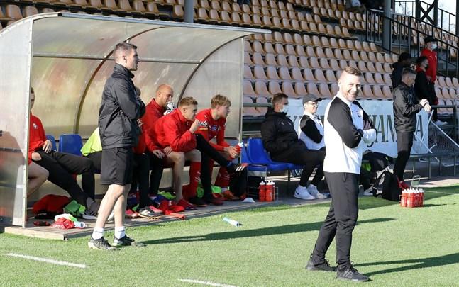 Det var glada miner på Jimmy Warghs Jarobänk efter 0–2-segern i Karleby den 29 maj. Nu möts lagen i Jakobstad.
