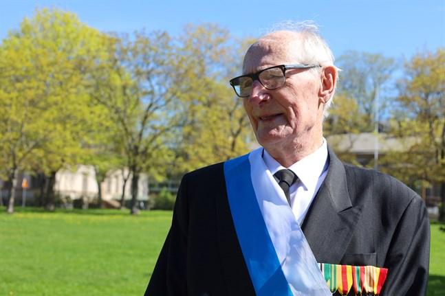 Bjarne Hammarström fick fira sin 66:e bröllopsdag med att avtäcka soldatgossarnas minnesmärke vid Kaserntorget. I publiken stod hans fru Ulla-Britt Hammarström.