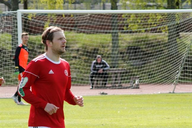 Semso Mujkic spelade en halvlek med Kaskö IK och hann ta två gula kort då laget åkte ut ur cupen.