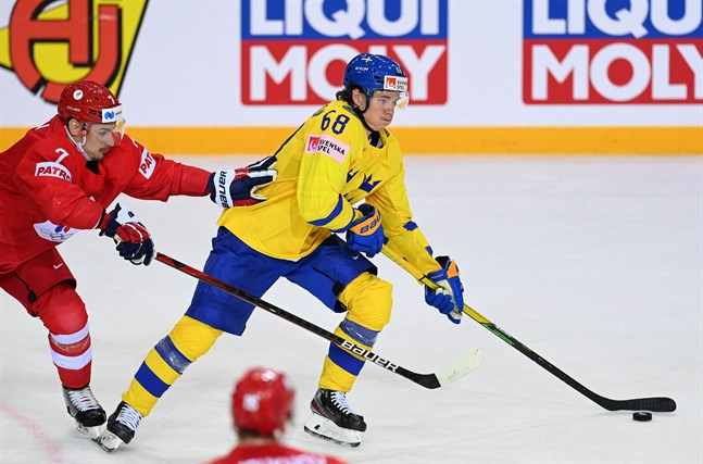 Victor Olofsson, 2–2-målskytten, i kamp med ryska lagets back Dmitrij Orlov.