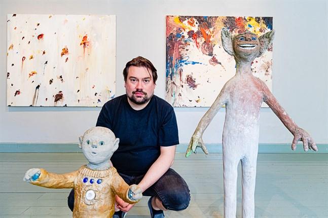 Kuratorn Veikko Halmetoja med Irja Alinens skulpturer och Mikko Paakkonens målningar.