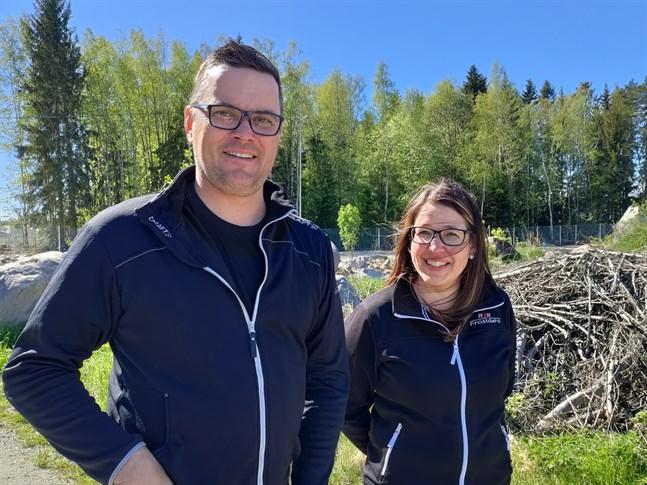 Till hösten kommer Frill-Invest med Robert och Malin Frostdahl i spetsen ha byggt upp en padelhall i Nykarleby.