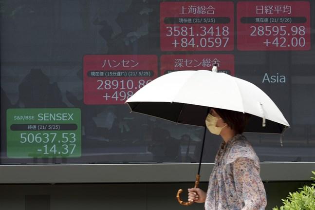 Efter en stark uppgång i fredags vänder Tokyobörsens Nikkei 225-index nedåt på måndagen. Arkivbild.