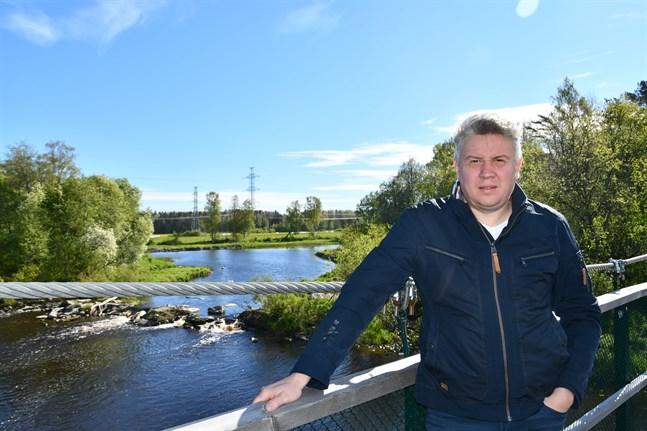 Niklas Brandt är staden Kristinestads vägbyggmästare. Han har nu fått jobb vid ett byggföretag, och kommer sannolikt att söka om tjänstledighet från det kommunala jobbet.
