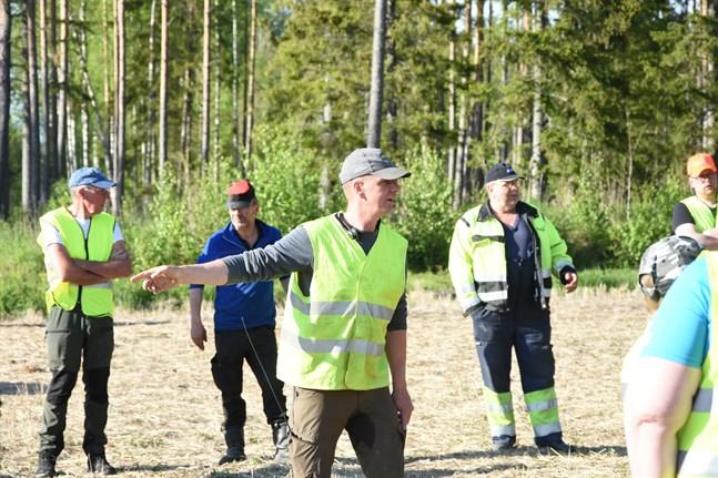 Hans-Erik Antfolk instruerar hur eftersöket ska gå till.