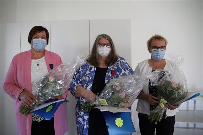 Vivan Vesterback, Carola Bäckström och Marie Nybjörk tilldelades förtjänsttecken av Finlands president på självständighetsdagen. På måndagen fick de ta emot dem i Korsnäs.