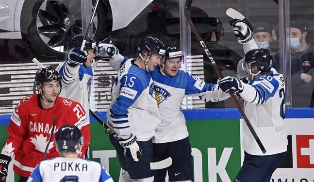 Anton Lundell (i mitten), Arttu Ruotsalainen (andra från höger) och Niko Ojamäki (till höger) firar 2–2-målet.