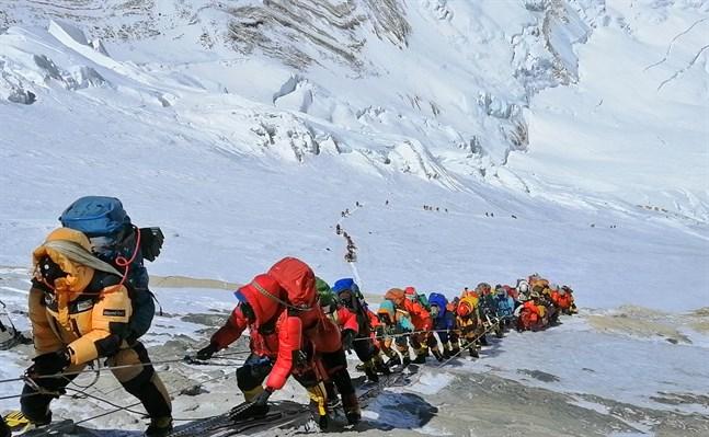 Bergsklättrare på väg uppför Mount Everest, i närheten av basläger fyra på den nepalesiska sidan av berget. Arkivbild.