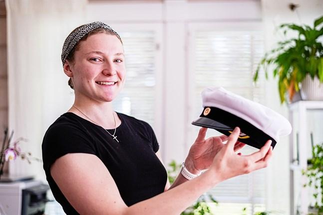 Studentmössan bär LIna Storbacka med stolthet på lördagen, även om det inte blir en så stor fest som hon önskat.