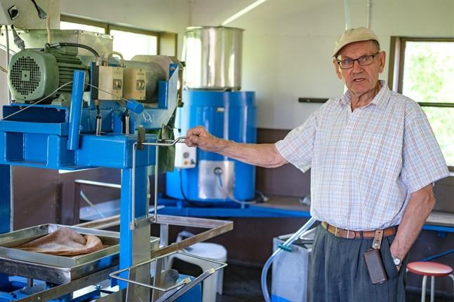 Efter att ha tillverkat äppelmust i 34 år är det dags för 83-åriga Olav Björk att dra sig tillbaka. Så nu är musteriet i Vörå till salu.