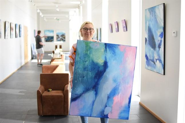 Martina Uthardt med tavlan Fresh winds on the riverbank, som är ett av de närmare 40 verk som konstnären ställer ut i konsthallen.