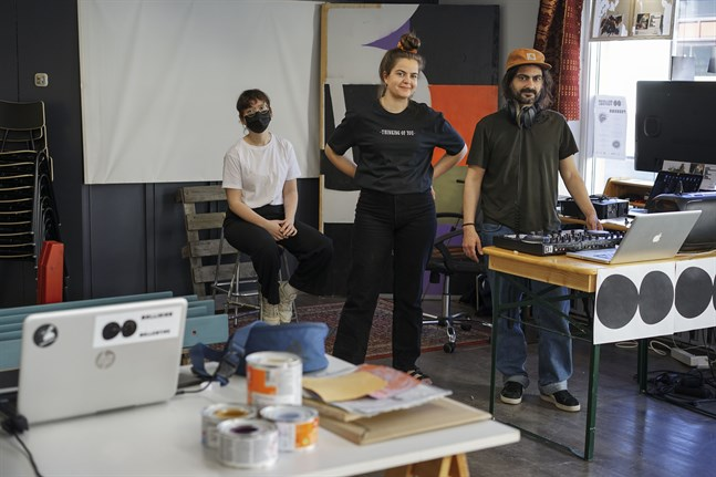 Sara Östman, Jenni Österlund och Michele Uccheddu jobbar i lokalen på Storgatan i Jakobstad.