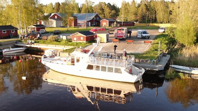 En bil vars registernummer stämmer överens med den försvunna Sven-Erik Österlunds bil har hittats i Gamla hamn, till vänster om båten ligger den i vattnet.