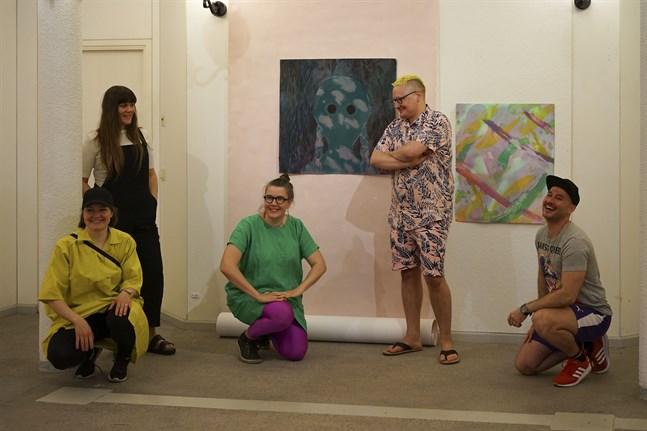 """På utställningen """"Just där"""" visas verk av Satu Rautiainen, Aino Jääskeläinen, Anu Haapanen, Timo Tähkänen och Simo Mantere."""