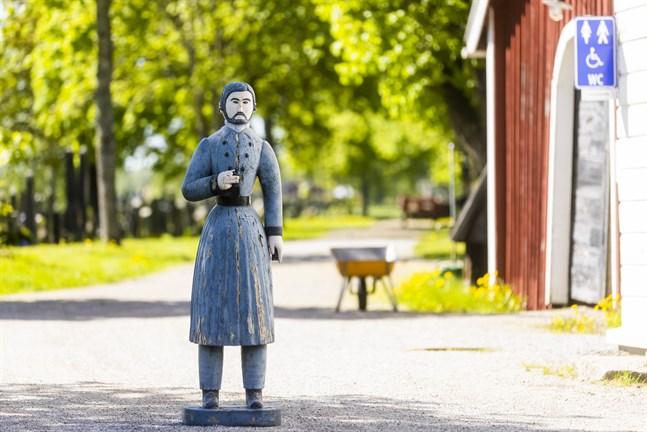 I maj försvann Maxmo kyrkas fattiggubbe plötsligt. Den hittades senare på en åker långt därifrån. Fattiggubben är fotograferad i Vörå efter att den hittades.