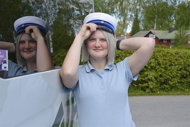 Med examensmössan på huvudet är Elin Eklund från Övermark redo för en sommar i arbetets tecken.