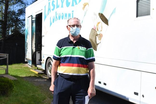 Ole Snickars var en av dem som passade på att rösta i bokbussen under det första stoppet, som var vid Österskogens byagård. Han var försten in – och ut – ur bussen.