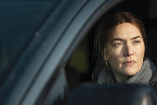"""Kate Winslet hyllas för sin rolltolkning som den surmulna småstadspolisen Mare Sheehan i serien """"Mare of Easttown""""."""