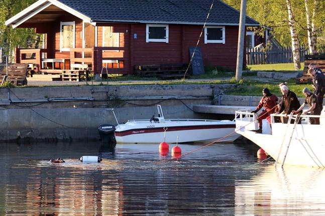 Räddningsverket bärgade en kropp från bilen i Gamla hamn vid 22.30-tiden på onsdagskvällen.