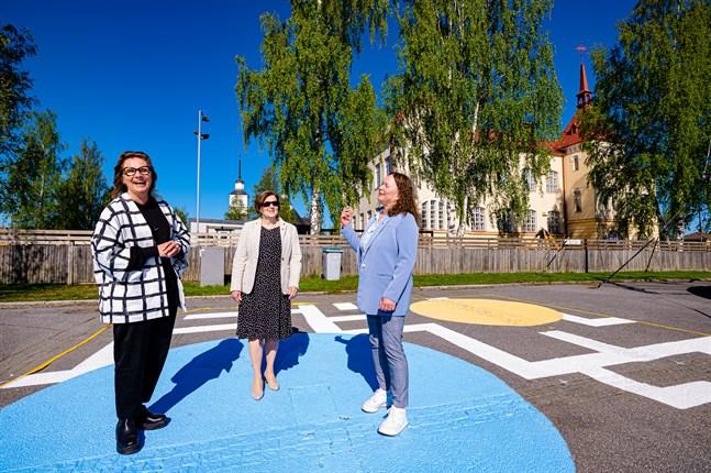 Ann-Charlott Hästö, Maria Palm och Anna Kengo i ungdomarnas nymålade vardagsrum på dagens torg som de vill strukturera om och göra torgpark av från esplanaden och ända ner till älven.