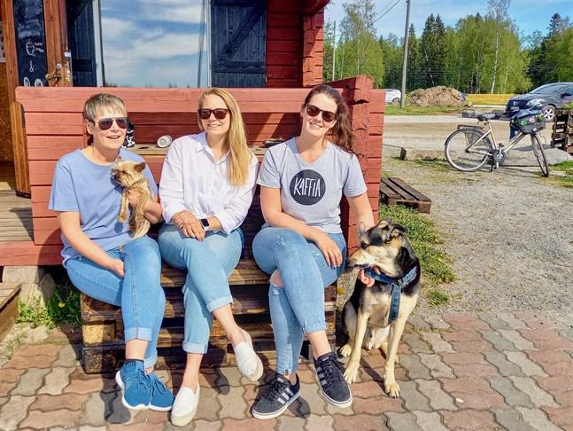 Milla Jungell, Ida-Marie Jungell och Kajsa Samanen är tre av parterna som ska driva Macken. Som synes är hundar välkomna dit i sommar.