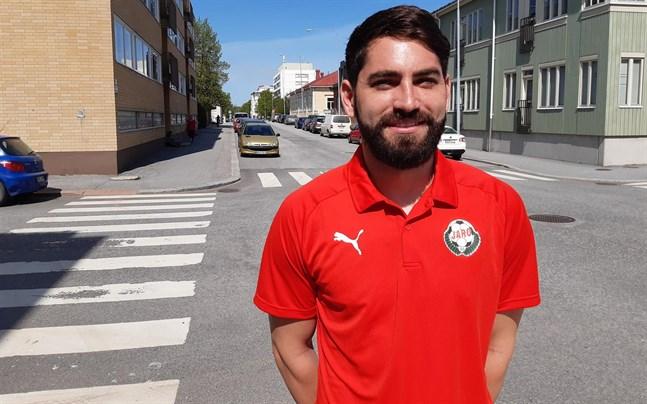 Jaros målvakt Thomas Olsen har bekantat sig med Jakobstads gator på Johan Hults cykel.