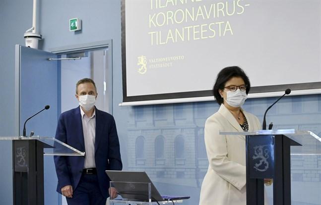 Direktör Pasi Pohjola och strategidirektör Liisa-Maria Voipio-Pulkki från Social- och hälsovårdsministeriet berättade om den aktuella coronasituationen.
