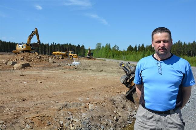 Robert Kuuttinen är nöjd över att vindkraftsprojektet i Norrskogen nu kan förverkligas. Ett markområde invid Rangsbyvägen ställs som bäst i ordning för att användas som uppställnings- och monteringsområde då vindkraftsparken byggs.