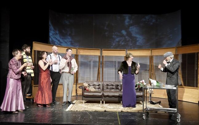 """""""En teaterkomedi"""" är en tillspetsad version av vad som kan hända i och omkring en produktion. Från vänster Lilian Nyfors, Martin Wiik, Annika Strömberg, Mikael Nyman, Fredric Hällis, Gita Hassel och Anders Aromäki."""